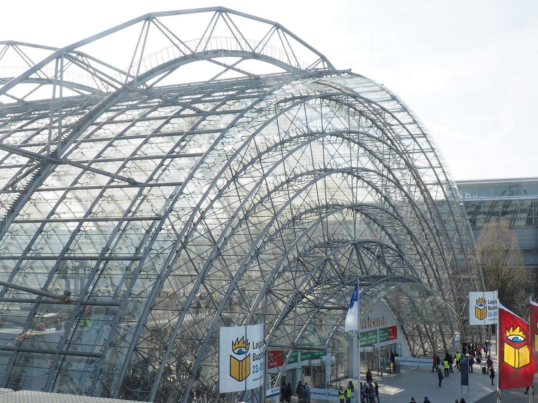 Glashalle der Messe von außen